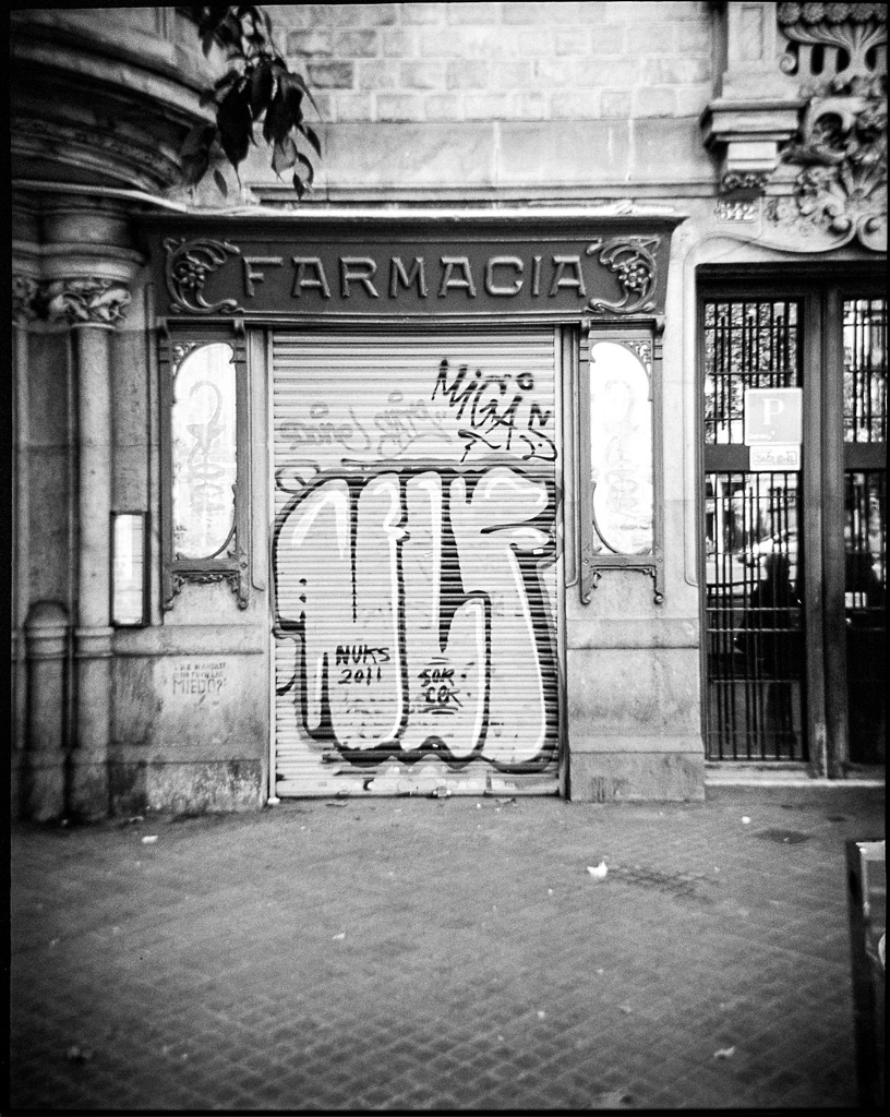 Barcelona street, Debonair 6x4,5, TriX 400@400, Rodinal 1:50