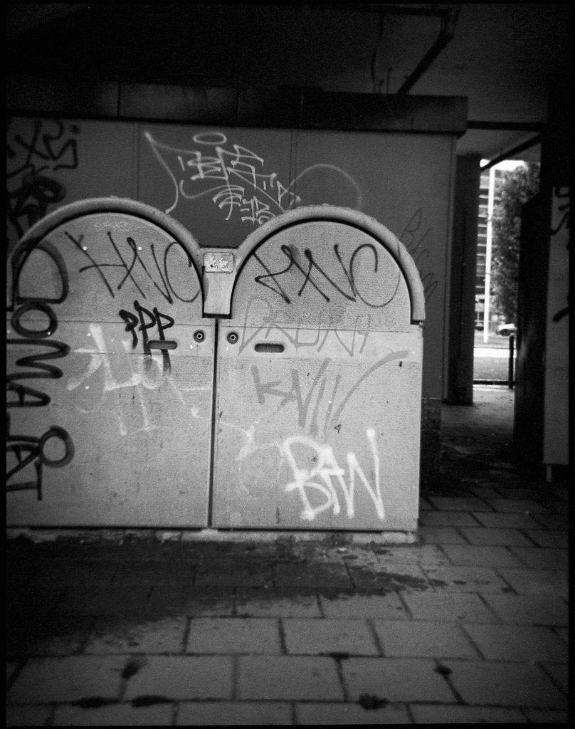 140703 Grafitti Varvaderstorget Debonair 645 Tmax400@400 TmaxDev, Scanned Epson V750, Silverfast